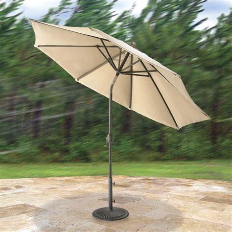 wind adapting market umbrella flexes during high winds