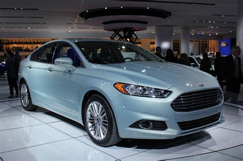 2013 Ford Fusion Hybrid packs 47 mpg, dashing good looks