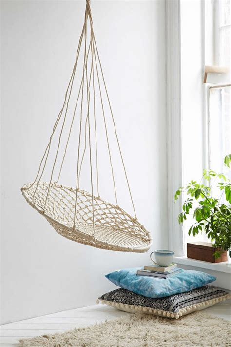 chaise suspendue interieur 10 easy pieces hanging chairs gardenista