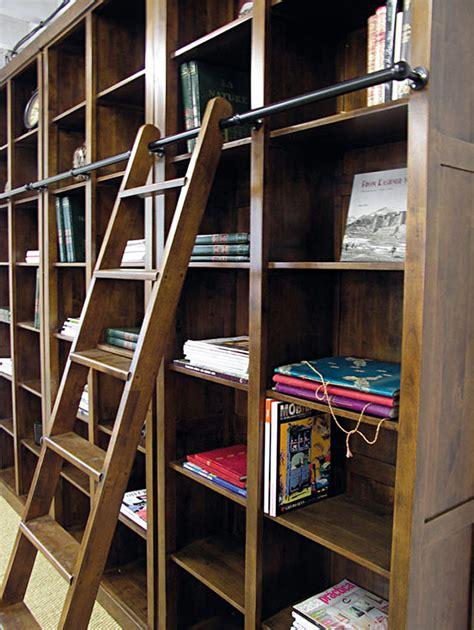 meuble cuisine bois massif a l 39 esprit classique la bibliothèque avec échelle magnifie le rangement