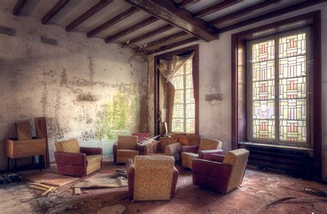 About Living Room by 15 Photos Of Abandoned Living Rooms In Decay