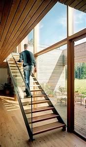 Stahl Holz Treppe : holzhaus mit gro en fensterfronten treppe aus holz und stahl holzh uschen stahl und treppe ~ Markanthonyermac.com Haus und Dekorationen