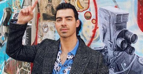 Em homenagem ao Outubro Rosa, Joe Jonas radicaliza o ...