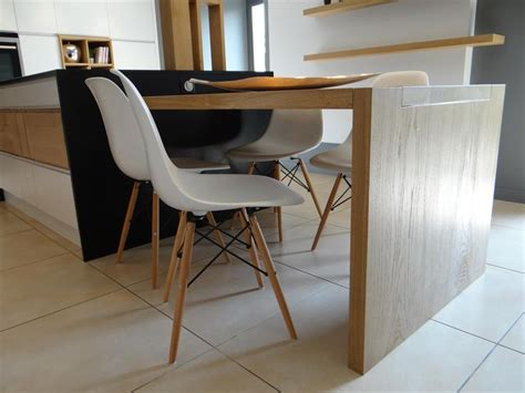 table de cuisine pratique la table de cuisine en bois clair prolonge l 39 îlot central