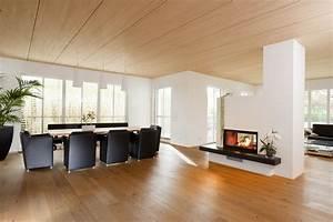 Wohnzimmer Holz Modern : offenes wohnzimmer in individuellem holzhaus holz hell holzhaus modern kamin augsburg ~ Orissabook.com Haus und Dekorationen