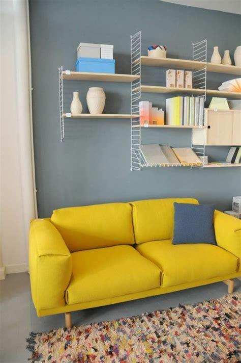 gelbes sofa  schaffen sie visuelle balance im wohnzimmer
