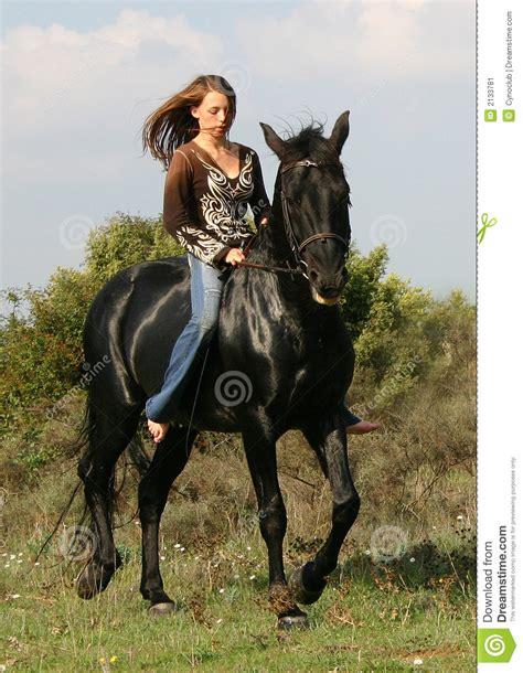 horse teen teenager pretty jugendlich recht schwarzes pferd abbastanza cavallo nero young stallion animal children