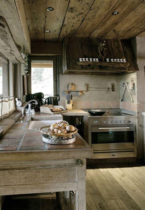 cocina muy rustica  uso de la madera  suelo techo