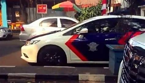 bukan menunggu pelanggar ini alasan di balik mobil polisi parkir di bahu jalan boombastis