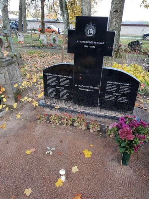 Latviešu karavīru kapi un piemiņas vietas: Barkavas pagasta Centra kapos piemineklis ...
