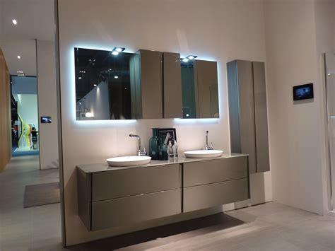 mueble de bano gris azulejo blanco suelo gris posible
