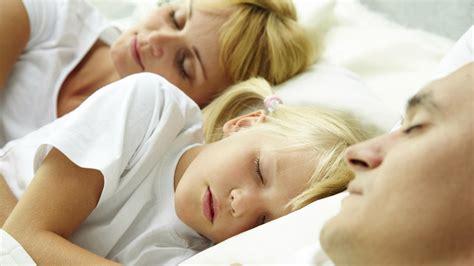in welche himmelsrichtung schlafen kinder im elternbett darum wollen die kleinen am liebsten bei den eltern schlafen