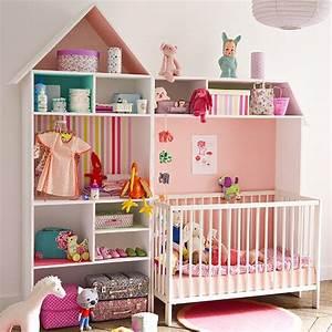 Lit Cabane Bebe : un meuble de rangement pour b b en forme de maison marie claire ~ Teatrodelosmanantiales.com Idées de Décoration