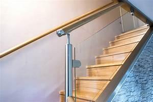 Rambarde d'escalier en verre, main courante en bois et finition inox Divinox