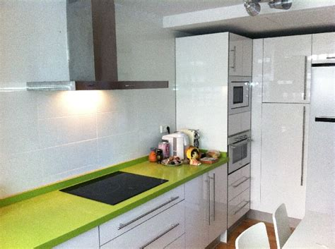 cocina blanca alto brillo  silestone verde fun