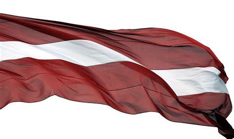 Aizkrauklē nozog pie tiesas ēkas esošu valsts karogu ...