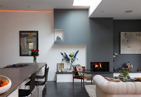 peinture aubergine cuisine creating a warm and calm situation at home with blue accent wall