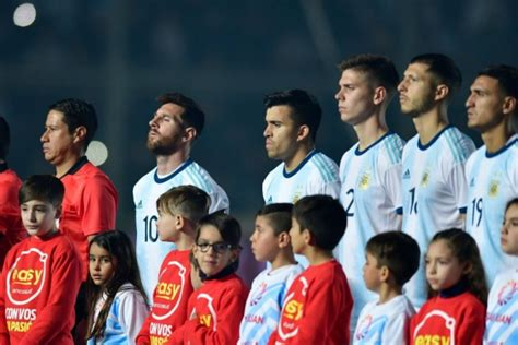 El niño que entró a la cancha con Lionel Messi ante Qatar