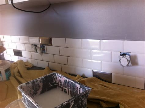poser du carrelage mural cuisine choix de carrelage mural pour la cuisine un toit pour la vie