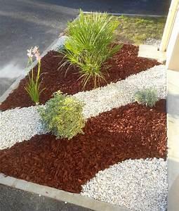 parterre de fleurs avec galets cobtsacom With delightful faire un jardin zen exterieur 4 1001 idees et conseils pour amenager une rocaille fleurie