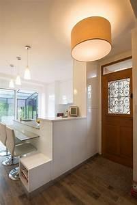 une cuisine blanche moderne ouverte sur l39entree With couleur de maison tendance exterieur 8 amenagement optimise et deco pour ma cuisine ouverte