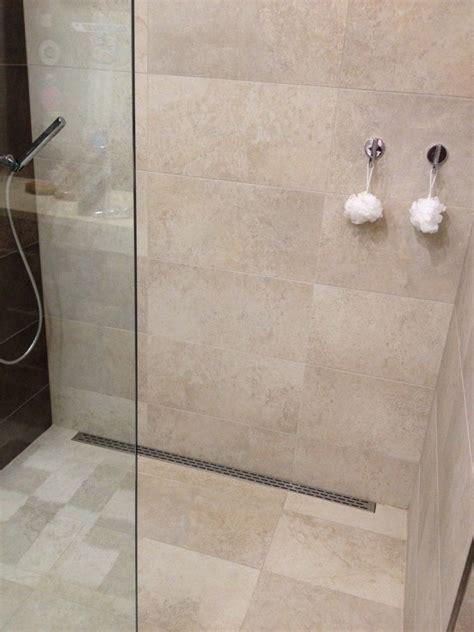 Ebenerdige Duschen Für Kleine Bäder by Schlicht Gestaltete Duschkabine In Beige Einrichtung Bad