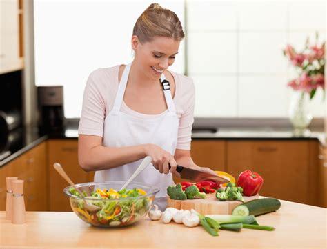 femme a la cuisine illicook le site qui cuisine presque à votre place