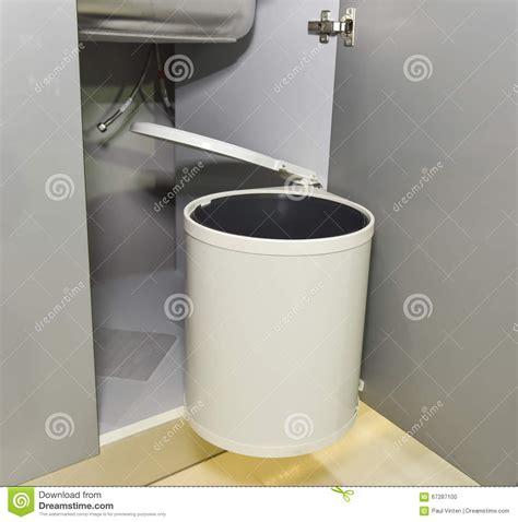 poubelle de placard cuisine poubelle de déchets accrochant sur la porte de placard de