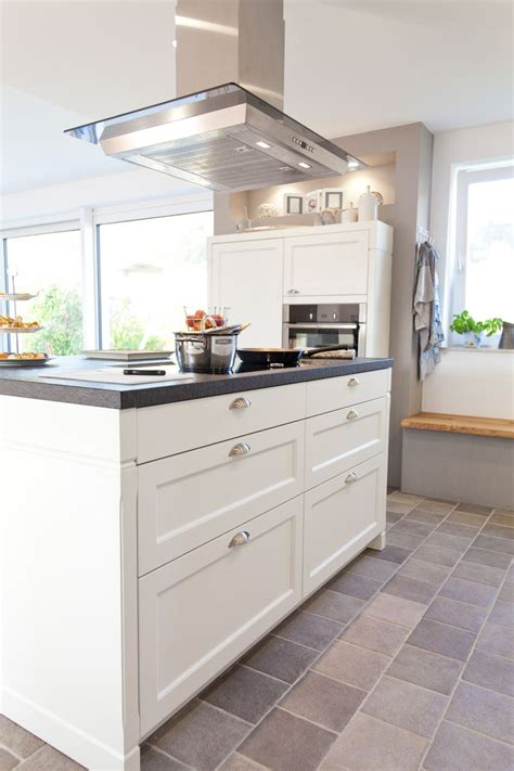 küche mit schwarzer arbeitsplatte moderne aber auch rustikale k 252 che im landhaus design in wei 223 mit schwarzer naturstein
