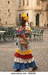 Einen Korb Bekommen Englisch : l chelnde kubanische frau in traditioneller kleidung verkaufen erdn sse havanna kuba karibik ~ Orissabook.com Haus und Dekorationen