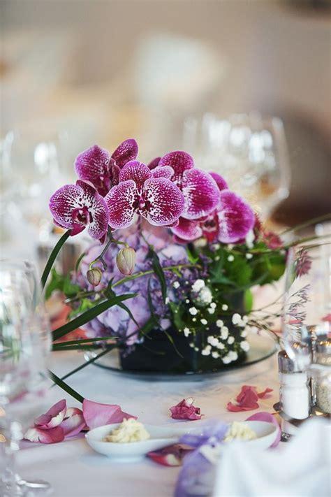 hochzeit blumen tischdeko wedding decoration deko tischdeko blumen orchidee lila hochzeit scheunen hochzeit