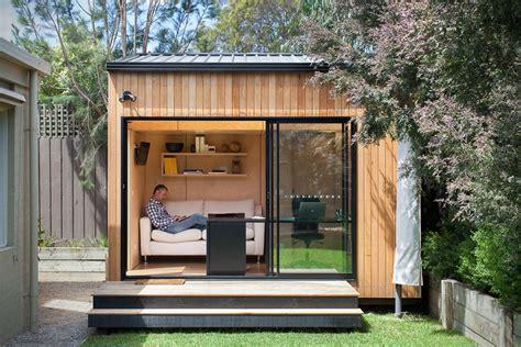 bungalow de jardin contemporain en bois avec grande baie vitree