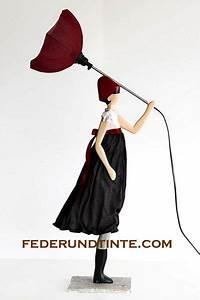 Lampe Frau Mit Schirm : das ist mal eine etwas andere tischlampe eine dame die in einer hand einen regenschirm h lt im ~ Eleganceandgraceweddings.com Haus und Dekorationen