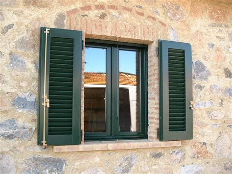 persiane verdi finestra con persiana in legno di mogano verrniciata verde