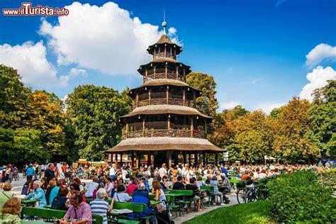 Parken Englischer Garten München Chinesischer Turm by Un Biergarten Nei Pressi Della Torre Cinese Nel Foto