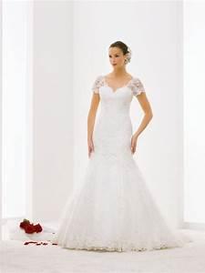 robe de mariee silhouette sirene en dentelle tres feminine With robe de mariée décolleté dos