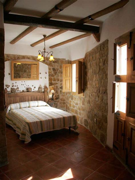 Habitación con techos con vigas de madera y paredes de