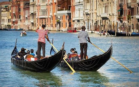 Difference Between Gondola And Boat by How To Travel By Gondola In Venice Telegraph
