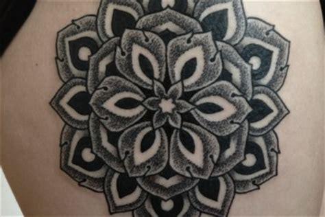 tatouage coccinelle sur lepaule inkage