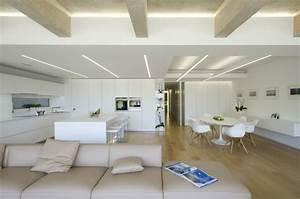 Luminaire Salle A Manger Et Salon : clairage indirect et int rieur blanc minimaliste dans une maison ~ Teatrodelosmanantiales.com Idées de Décoration