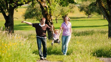 Frische Luft Fuer Gesundheit Und Wohlbefinden by Spazierengehen Bewegung An Der Frischen Luft Macht