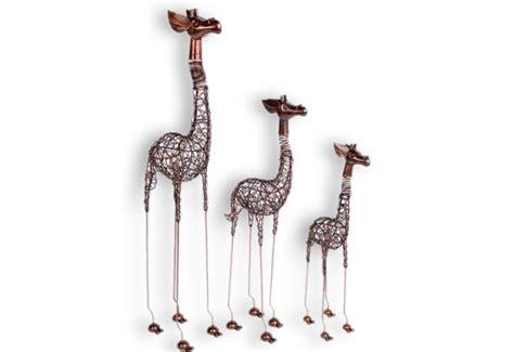 le de bureau jaune girafe décorative exotique en fer pour le salon koh deco