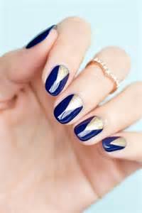 Wieczorowe wzory na paznokcie z granatowym lakierem sukienki