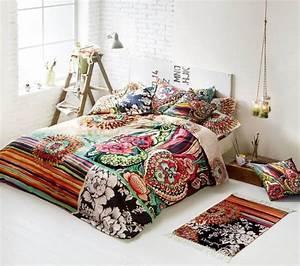 le style hippie chic dans le salon 55 idees fraiches With tapis chambre bébé avec coussin fleurs pour enterrement