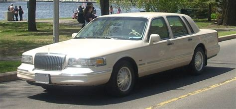 File:1995-97 Lincoln Town Car.JPG - Wikimedia Commons