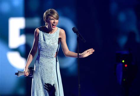 ACM Awards Fug or Fine: Taylor Swift - Go Fug Yourself