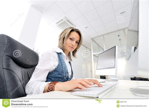femme au bureau image stock image 9841701