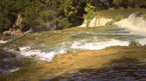 el agua de una cascada se mueve rapidamente efecto