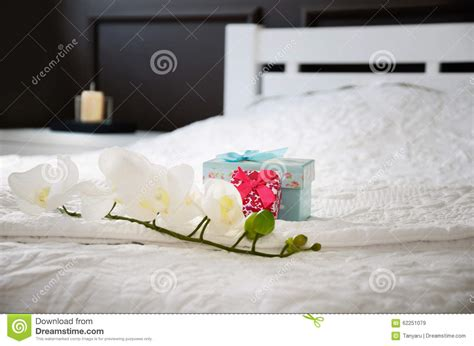 Orchidea In Da Letto - contenitori di fiore e di regalo dell orchidea sul letto