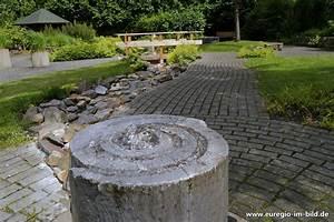 Wasserlauf Im Garten : springbrunnen mit wasserlauf im garten der sinne euregio im bild ~ Orissabook.com Haus und Dekorationen